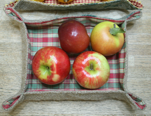 Burlap tray with apples ecokaren